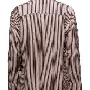 Super sød skjorte i 100% viscose med nogle fine detaljer. Vasket én gang.