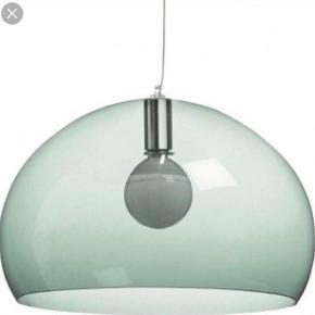 Kartell lampe model fly. Flot og velholdt loftslampe i transparent plast i farven sage / lys grøn.   Diameter 52 cm.   Lampen har hængt over spisebord og er i meget fin stand. Original pære medfølger.   Nypris 1800 kr.   Tags: pendel loftlampe design