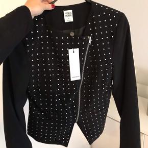 Fed jakke / cardigan med lynlås fra Vero moda. Aldrig brugt og stadig med prismærke  Nypris 450 kr  Normal i str