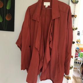 Lækker oversize cardigan / blazer / kort kimono i brændt orange / okker farve Brugt meget lidt  Sender med DAO mod betaling 😊