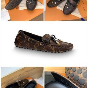 NYE/UBRUGTE Louis Vuitton - gloria flat loafers str. 37 (passer 38)   Købt d. 2/5-20 i butikken, og har ligget i kassen siden. Derfor helt nye.   ALT medfølger. Kvittering, kasse, dustbags, bånd og til/fra kort   Pris: 3000,- 😊
