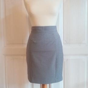 str. 36, H&M, Grå, Næsten som ny  Super feminin pencil nederdel/skirt i gråmeleret med fikse stikninger/sømme. Der er lynlås og læg forneden bagpå. Nederdelen har for. Længde: Cirka 51 cm. Materiale:81% polyester, 15% viscose og 4% elastan. For: 81% polyester og 19% viscose. Eventuel fragt lægges oveni: 38 til nærmeste posthus/butik