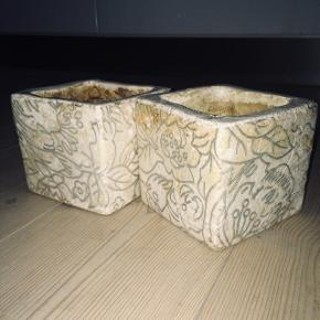 Urtepotteskjuler fra Villa Collection Cremefarvet i antik-look med sølvfarvet mønster 12 x 12 cm Højde 11 cm Har også en, der er ca. 30-35 cm høj   35 kr./stk.  2 for 50 kr. Alle 3 for 100 kr.  Nypris ca. 450 kr.
