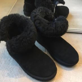 Super fede støvler fra Ugg i den absolut bedste ende af god men brugt. Brugt max 10 gange. Fede både med pelsen ned og op.