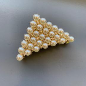 Super flot trekantet hårklemme i guld look med perler og krystaller. Ubrugt