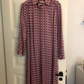 Rigtig fin skjorte-kjole fra Lévete Room 😍 Brugt en håndfuld gange, fejler intet!  Nypris: 1200kr BYD!