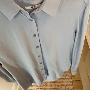 """Brugt få gange. """"Krølfri"""" skjorte fra Uniqlo.  Lidt oversize i str."""