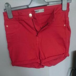 Mit mobil kamera 📷 er dårligt til billeder, men de her par shorts er altså i virkeligheden en flot rød farve og ikke pink-agtigt 😀 Str. 36 Den er lidt højtaljeret.  Stof: 98% bomuld, 2% elastan
