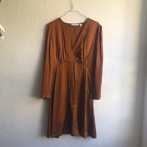 Ny kjole kun brugt en gang. Omsyet i ærme og længde af skrædder.