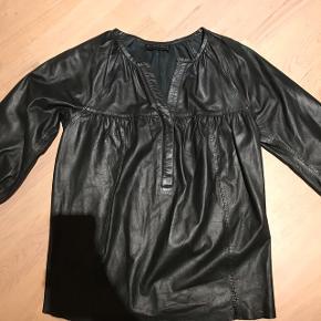 Den lækreste skind skjorte fra Second female  Ægte læder - super super blød..  Str xs men passer også s