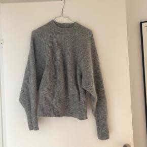 Super fin strik i mohair og uld blanding fra H&M trend. Brugt en enkelt gang. Har vidde i ærmerne og et elastik stykke for neden.