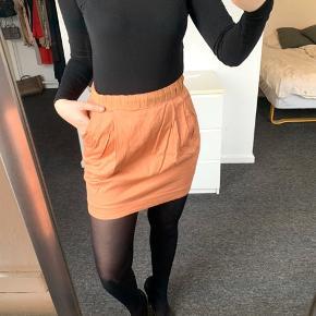 ||| OBS ||| INTET OVER 150kr NETOP NU Ferskenfarvet nederdel med lynlås bagpå og lommer fra H&M. Farven holder sig super godt, trods den er brugt en del gange. Fitter en S eller lille M.