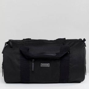Fed weekendtaske fra consigled, fejler intet og har masser af lynlåsrum/hemmelige rum, brugt få gange!