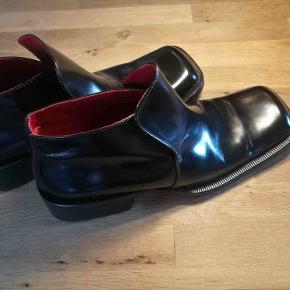RØVERKØB!!!!!!  Debut støvler i det fineste læder, designet af Jimmy Choo, og produceret på deres egen fabrik i Italien.  Debut går aldrig på kompromis med komforten, trods designet. Af andre designere der også er tilknyttet Debut, kan der nævnes John Lobb,Gucci, J.Crew ogYves Saint Laurent.  Str.: 45 Nypris: 1200$ = DKK 7450,- Fået dem foræret fra Debut's amerikanske udstilling. Desværre er de lidt for små. 🙄 De er kun blevet brugt i prøve øjemed.