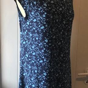 Super smuk kjole. den er mat i stoffet men det er meningen. Super dejlig blød.