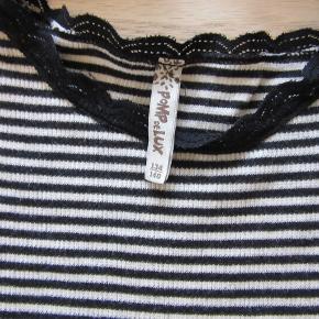 Sort stribet Pompdelux basisbluse med blondekant, str. 134-140. Sælges for 50 kr. pp, men KUN via Mobilepay.