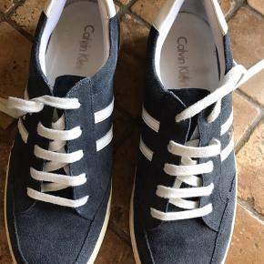 De er ikke brugt meget.  Ingen slid mellem sål og selve skoen.  De er ret fine i ruskind.