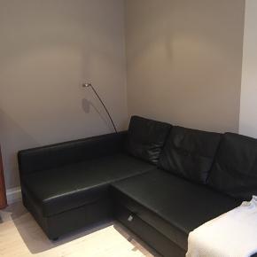FRIHETEN IKEA Hjørnesovesofa med opbevaring, Bomstad sort, læder-lignende stof / læder look alike.   Denne sofa kan hurtigt forvandles til en rummelig seng ved at fjerne ryghynderne og trække understellet ud. Sofa, chaiselong og dobbeltseng i ét. Opbevaringsplads under chaiselongen. Låget kan stå åbent, så du nemt og sikkert kan tage ting ud og lægge ting på plads. Fast betræk af slidstærkt stof med belægning, der ser ud og føles som læder.  Produktoplysninger: Længde: 230 cm Dybde: 151 cm Højde: 66 cm Siddedybde: 78 cm Siddehøjde: 44 cm Sengebredde: 140 cm Sengelængde: 204 cm  Brugt, men i rigtig pæn stand.  Til sofaen er købt en IKEA topmadras, som passer på målene for sofaen, når den er slået ud til dobbeltseng = 200x140 cm. Topmadrassen er købt i september 2019 til ca. 600 kr. og derfor i god stand.  Sofa + topmadras + et gråt stræklagn til topmadras = 750 kr.