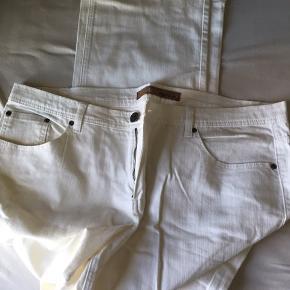 Sælger disse hvide/beige jeans. Giv et bud