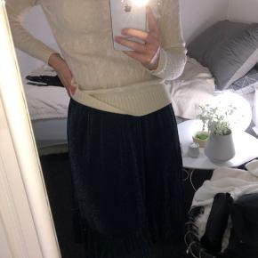 Super fin nederdel i en størrelse xs. Den er aldrig brugt!😄  * Glimmernederdel glimmer glitter mørkeblå blå