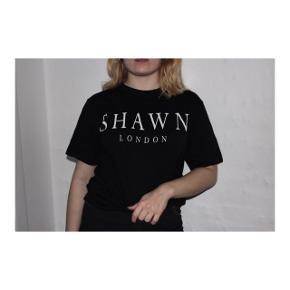 Sort Shawn London t-shirt med hvid skrift i størrelse small.  Brugt få gange.