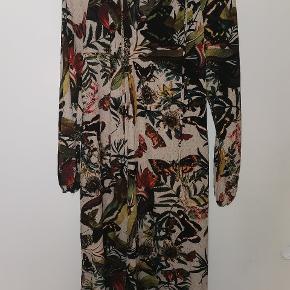 Brugt 1 gang i få timer. Flot kjole, jeg elsker farverne på kjolen, meget efterårs agtig, perfekt til overgangsvejr. 🍃🌼  Synes jeg husker jeg gav 400 kr for den.