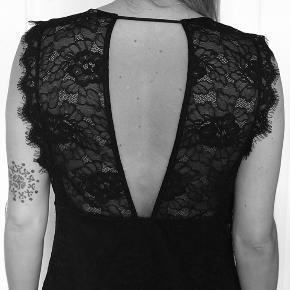 Sort kjole fra H&M. Mærke klippet af, da den er gennemsigtig på ryggen. Lidt kort.