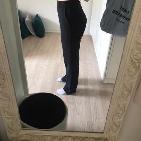 Bunden på venstre bukseben er løs, så det kræver en sytråd. Jeg er bare ikke ferm til at lave det