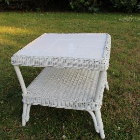 Sidebord der kan bruges både som udendørsmøbel, såvel som idenfor. Vi ejer 2 stk. Skal afhentes i Lyngby.