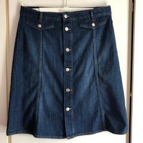 Super dejlig nederdel der bare er for lille til mig.  Købt i år og er stadig i butikkerne.