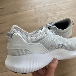 Fine sneakers fra Adidas!! de er blevet brugt et par enkelte gange indendørs.