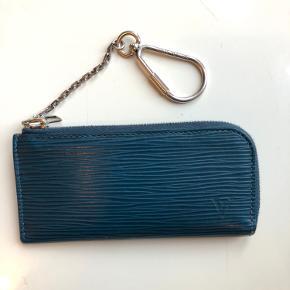 Super fin nøglepung / kortholder fra Louis Vuitton i epi læder ingen fejl og mangler. Købt i 2016 for 1600. Da den udgik fra produktion kostede lige omkring 2000. Model: M61346 po.4 cles epi bleu celeste   Kvittering, æske og dustbag medfølger.