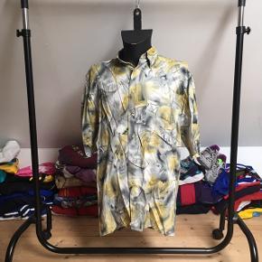 Lækker retro kortærmet skjorte af den helt gamle slags! Det kan dog ikke ses på den, da den er i god stand.  Skjorten er L og vil garenteret få alle dine venner til at misunde din fede vintage stil!   Se også mine andre annoncer med retro trøjer, jakker og tasker fra f.eks. H2O, Nike og adidas 😉
