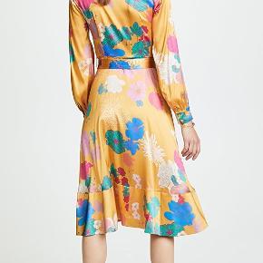 Sælger denne smukke slå-om kjole fra Stine Goya, af modellen Reflection i printet Flowers Lemon. Den består af 90% silke og 10% elastan. I super god stand og næsten ikke brugt. Nypris var 4000 kr. Kan afhentes på Østerbro eller køber betaler forsendelse.