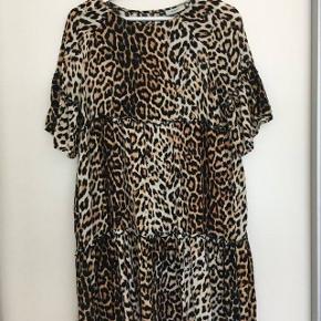 Kjole i leopard mønster i fin stand :-)