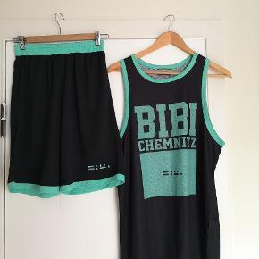Bibi Chemnitz basket sæt. Tank er medium, shorts er small. Kan bruges oversize af kvinder.