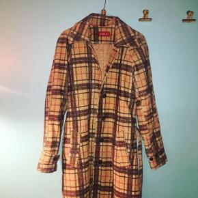 Vintage ternet trenchcoat. Købt i Lissabon :) Sådan en fin sag! Str. S. Bud modtages. Perfekt forårsjakke.