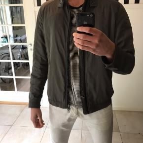 Sælger min Tommy Hilfiger jakke. Jakken er næsten som ny, og har ikke tydelige tegn på, at den er brugt. Den er reflekterende når der kommer lys på, hvilket er ret cool;)