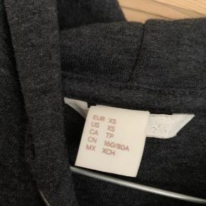 Mørkegrå hættetrøje fra H&M Basic i str.xs.