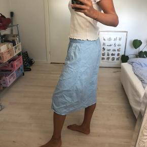 Super sød nederdel fra Vero Moda, er lidt lille i str, så kan også passes af M eller S.