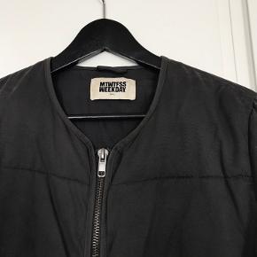 En god overgangsjakke, den er god men brugt!  Farven er ikke helt sort - nok nærmere en blandning af sort og grå 😄