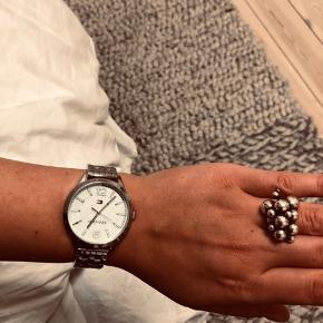 Tommy Hilfiger ur med marmor urskive. Der er 2 vedhæng taget af som medfølger ☀️ mangler batteri 🌸🌸
