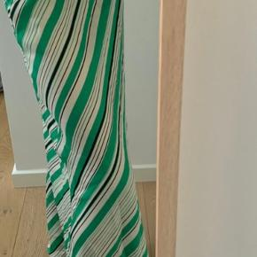 Hej, jeg sælger min Zara meget flotte grønne nederdel Den er aldrig nogensinde brugt, og meget fin til enten sommervejr eller hvis du mangler fint tøj BYD gerne med egen pris (Det er en Xs, men kan sagtens passes af en S også)