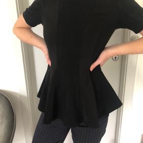 Super fin trøje med skørt effekt 🖤 Brugt og vasket et par gange, men ingen huller eller skader💓