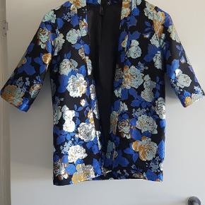 Fejlkøb. Helt ny blazer. Den er fin med hvid skjorte under og et par jeans i hverdagen, eller strop top/buksedragt til mere festlige anledninger.