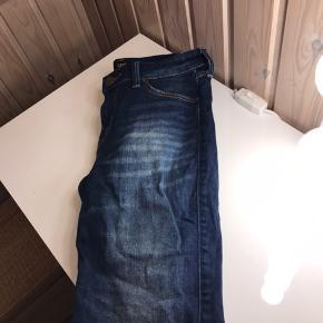 Lee jeans.   Model: jodee-blue-indigo   Brugt og vasket af hvad der kan tælles på en hånd. Lækre og i fin stand.   Nyprisen var 799kr.  Sælges nu billigt!  Str: W27/L31  Jeg sender med Dao (køber betaler porto), her er pakken forsikret. Jeg udleverer et track & trace nummer så du altid ved hvor din pakke befinder sig. 💌 Jeg glæder mig til at handle med dig! ☺️  Tag også gerne et kig på mine andre annoncer. ☺️
