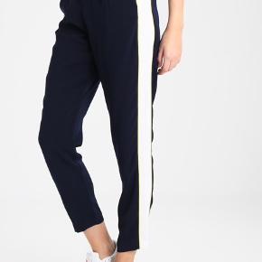 Envii bukser, som jeg sælger da de ikke passer mig (derfor er billedet af dem på, bukserne i en anden farve fra nettet af) Str. S men er store i livet, så vil sige at hvis man er en m, passer de bedre. Eller stor S  Aldrig brugt og er som nye. Nypris 450 BYD