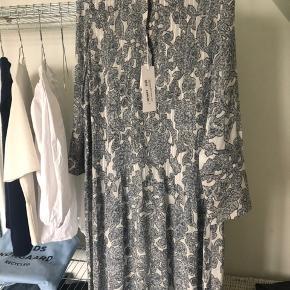 Fin kjole fra samsøe samsøe, spørg gerne for flere billeder. Helt ny, aldrig brugt. Lad være med at skambyde 😁