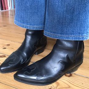 Lækreste western boots i læder og med flotte detaljer fra Mango 🖤  De har lynlås på bagsiden, så de er nemme og få af og på. Læderet er meget behageligt og blødt, virkelig en god model som sagtens kunne ligne en vintage-støvler fra 70'erne.  Standen er super, da de kun er brugt 3 gange. Det kan dog naturligvis ses på sålen, men ellers ingen skavanker.  Sælges kun da min cowboystøvle-samling boomer og pladsen er blevet trang 😅  #cowboystøvler #cowboy #westernstøvler #læderstøvler