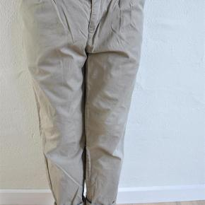 Varetype: chinos Farve: Beige  Fine Chinos bukser fra MarMar i str 128.  Kvaliteten er 100 % bomuld og tynde i kvaliteten  Der er justerbar elastik i siderne  Vasket i neutral vaskemiddel  Fra ikke-ryger-hjem uden husdyr
